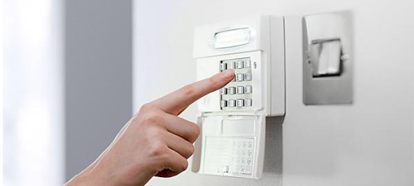 ruka ukucava šifru u šifrator
